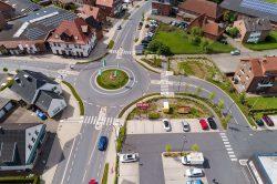 Kleiner Kreisverkehr auf Landstraße